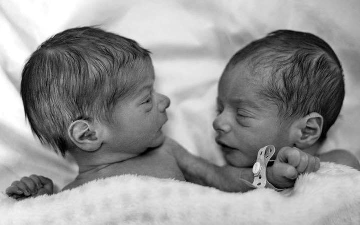 affection-babies-bed-black-and-white-blanket-close-up-1523983-pxhere.com